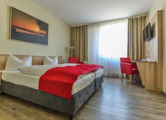 Rügenhotel DZ Seeseite Doppelbett Sessel