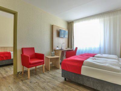 Rügenhotel Doppelzimmer Landseite Doppelbett Sessel